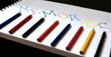"""Caderno com a palavra """"memória"""" escrita em inglês com lápis de cor."""