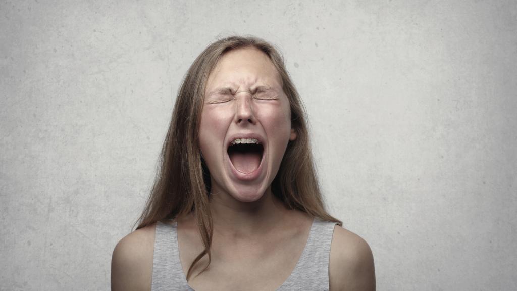 Imagem de uma menina gritando de raiva