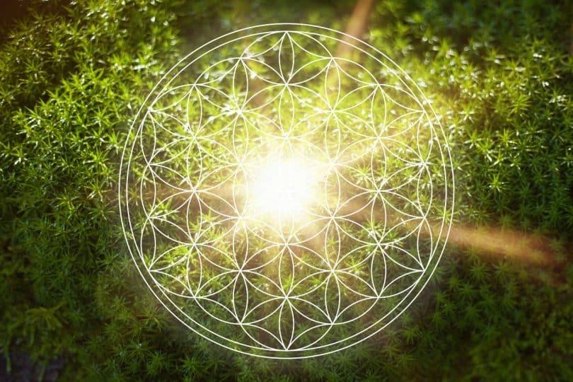 Mandala com um foco de luz em seu centro