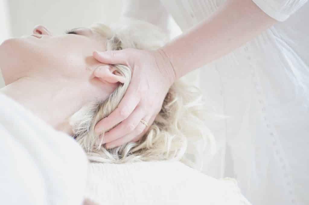 Uma profissional alongando o pescoço de sua paciente