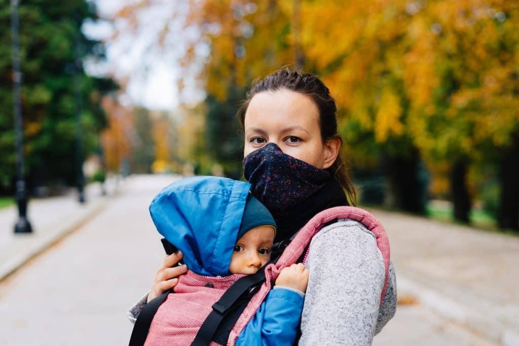 Mulher branca com bebê no colo.