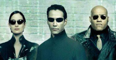 Protagonistas do filme de óculos escuros e roupas pretas
