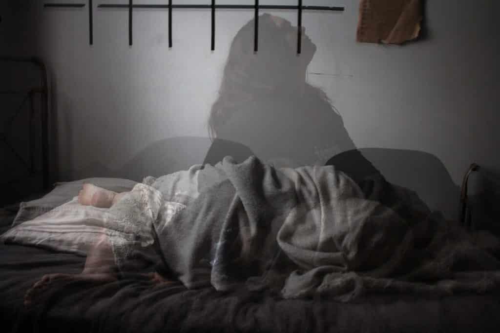Sombra de mulher na cama.