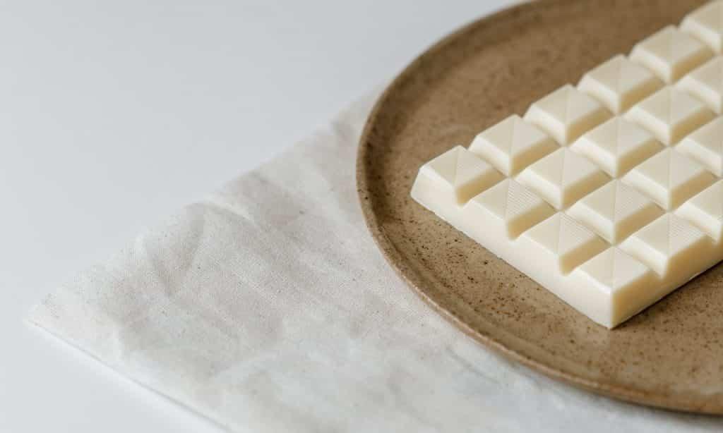 Chocolate branco sobre prato de cerâmica.