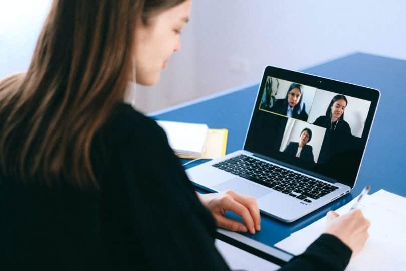 Mulher em chamada de vídeo com outras três pessoas