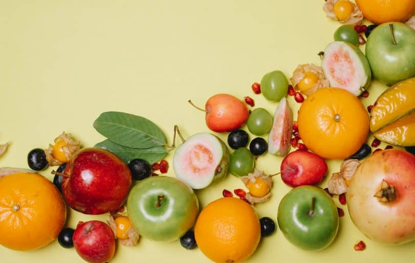 Mix de frutas sobre um plano de fundo amarelo