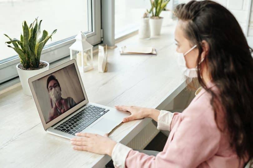 Mulher e homem fazendo chamada de vídeo