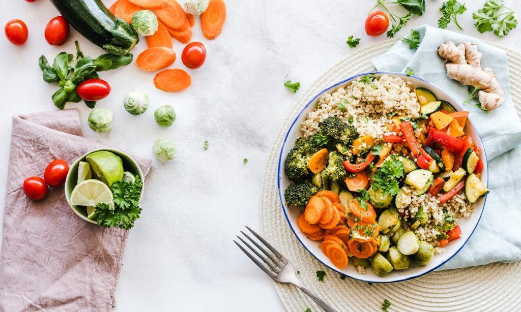 Alimentos saudáveis sobre bancada.