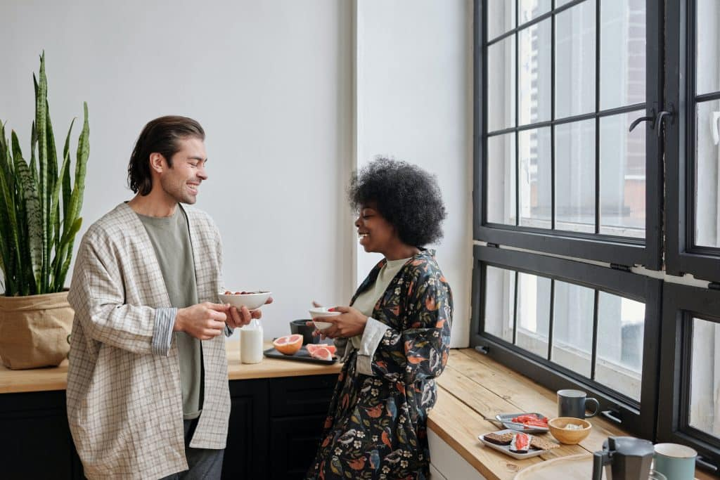 Homem e mulher conversando na cozinha