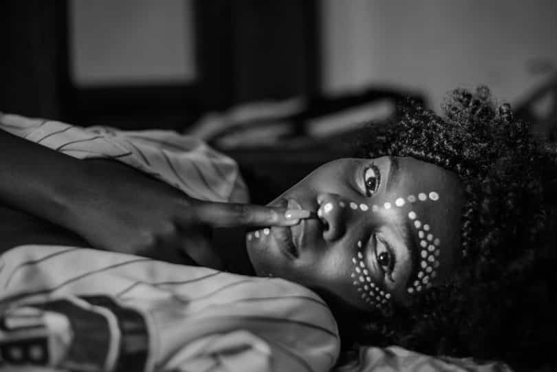 Mulher negra deitada.