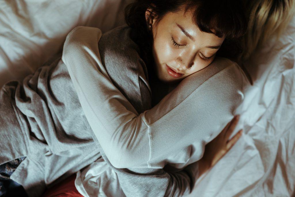 Duas mulheres se abraçando na cama