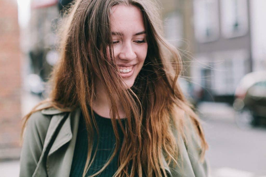 Mulher sorrindo e olhando para o lado