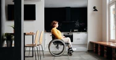 Mulher branca numa cadeira de rodas.