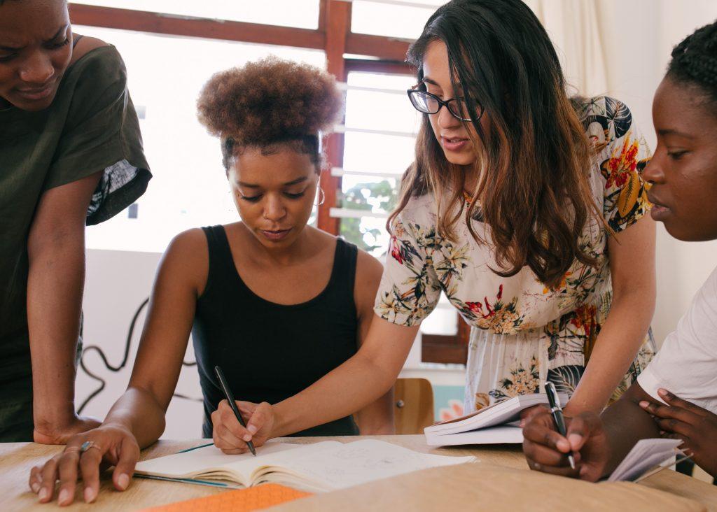 Mulheres trabalhando em uma mesa