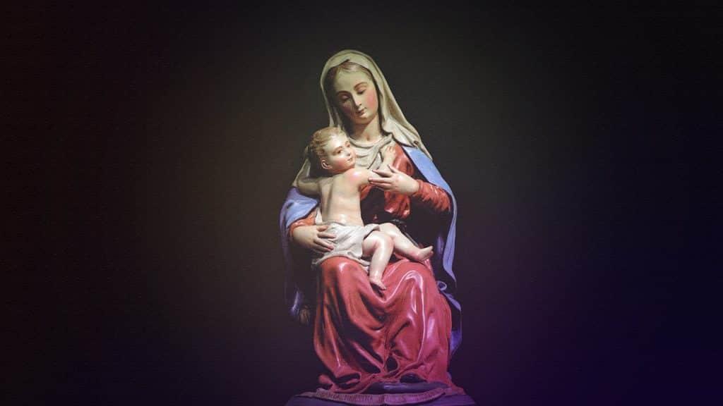 Estátua da Virgem Maria com Jesus no colo.