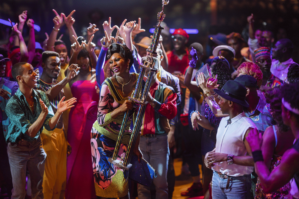 Elektra Abundance comemorando o prêmio após o desfile