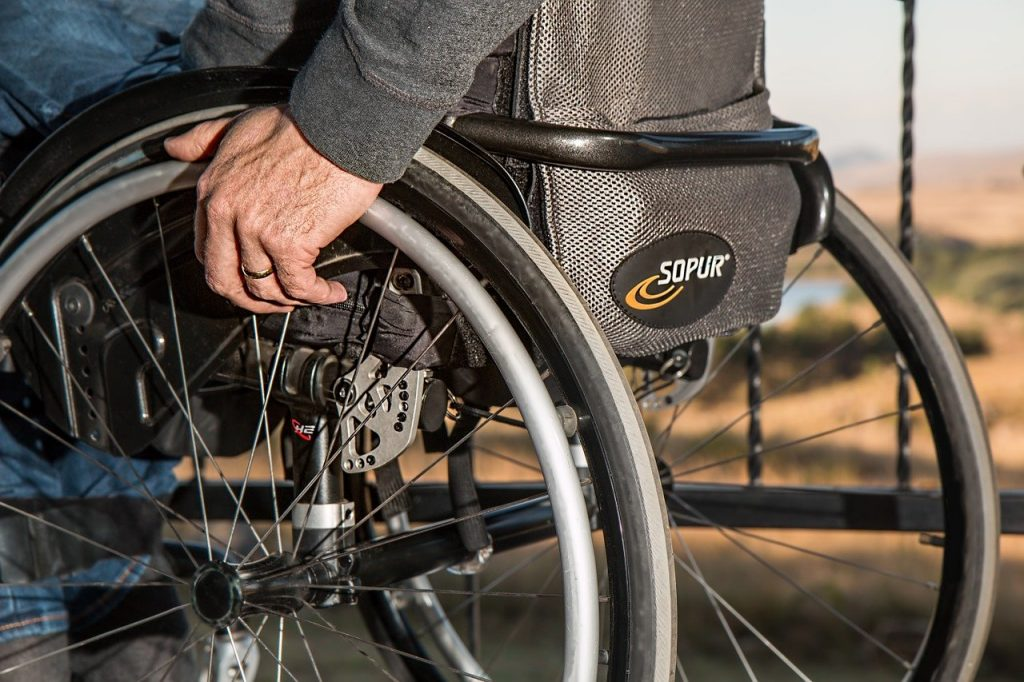 Pessoa branca numa cadeira de rodas.