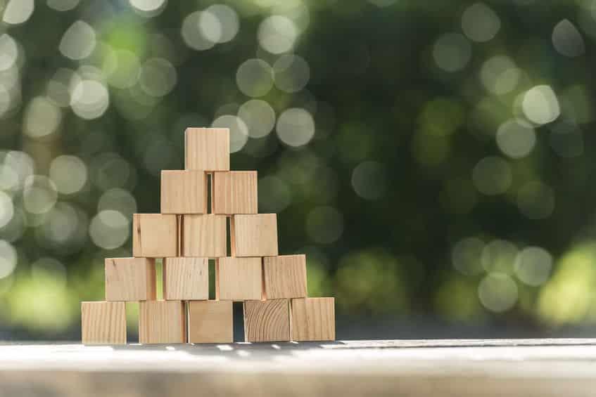 Pirâmide de pequenos cubos de madeira.
