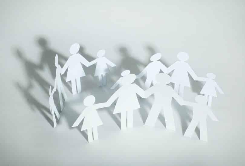 Papel cortado em formado de pessoas. Conceito de coletividade.