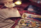 Mesa com cartas de tarot