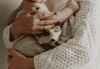 Mãe segurando seu filho recém-nascido