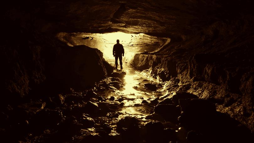 Homem em uma caverna