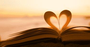 Página de livro fazendo um coração