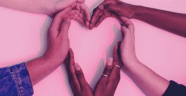 Pessoas fazendo um coração com as mãos