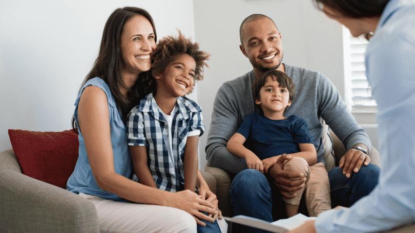 Familia fazendo terapia familiar