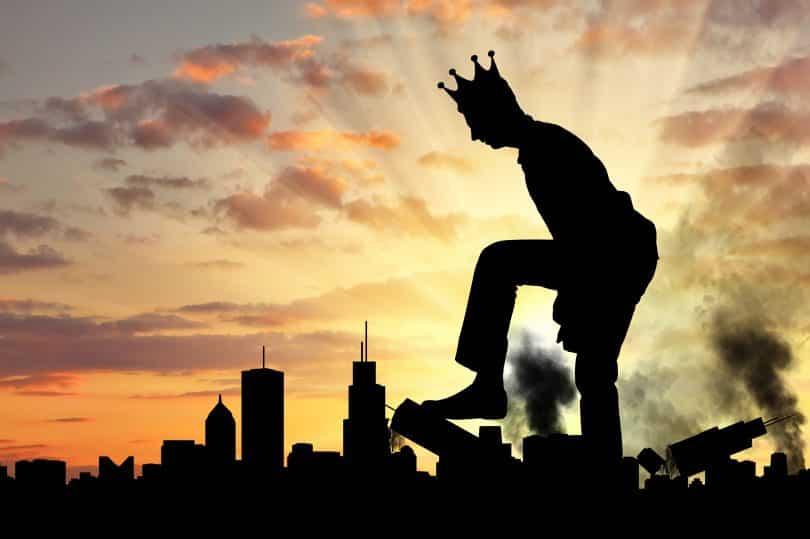 Silhueta de homem com coroa destruindo uma cidade.