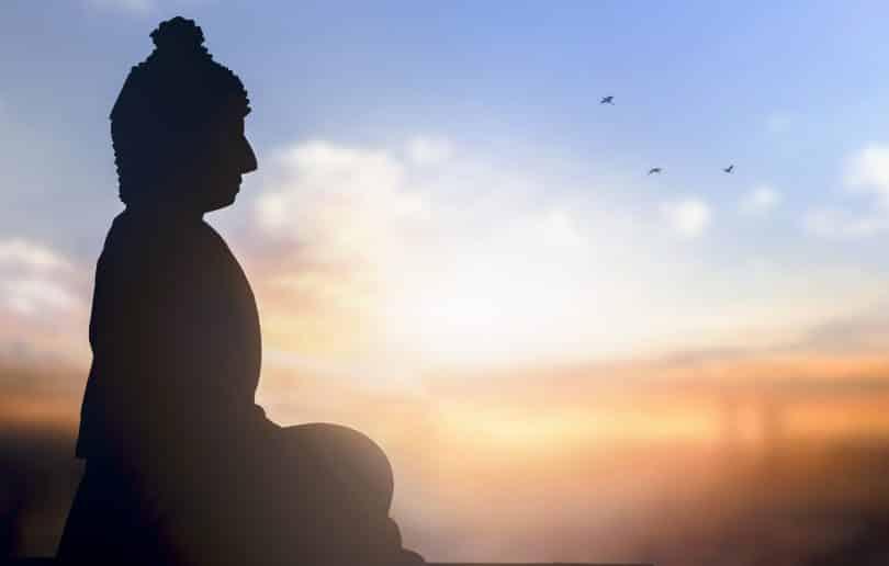 Estátua de buda meditando.