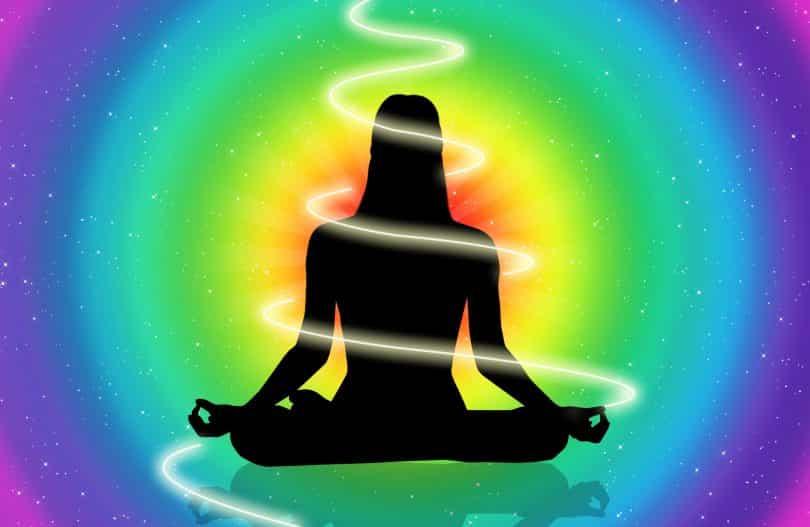 Desenho de uma mulher meditando com uma energia em espiral.