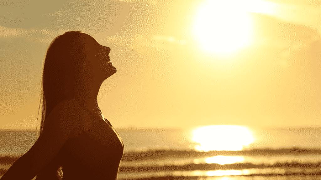 Mulher sorrindo na praia