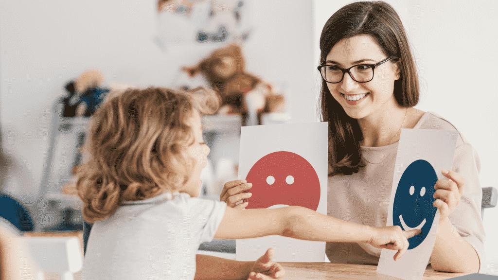 Professora ensinando criança autista