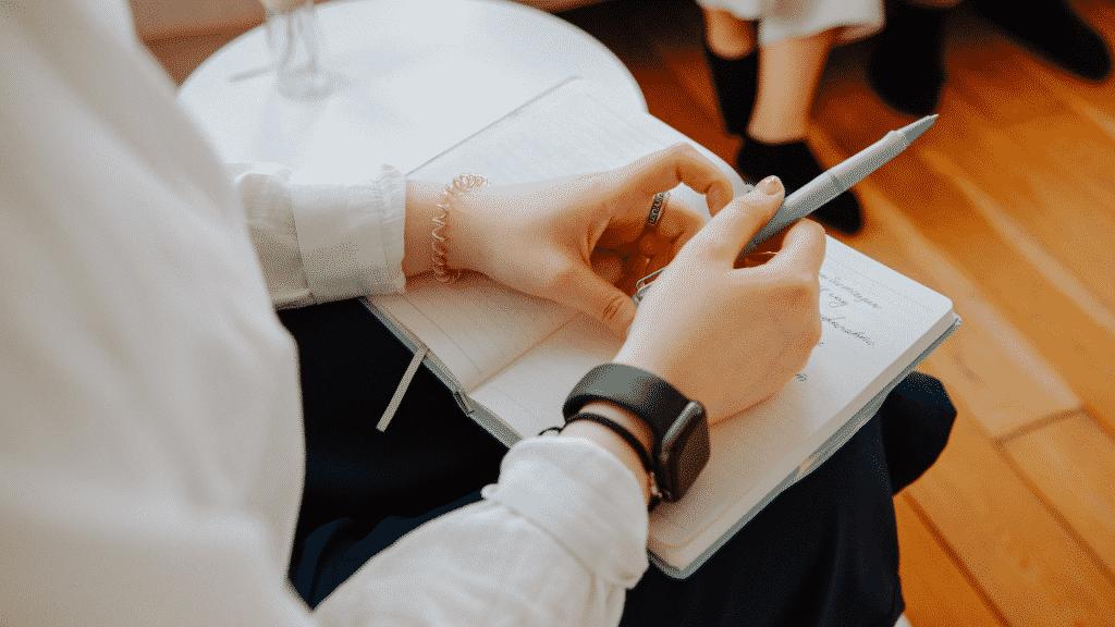 Psicóloga anotando em caderno