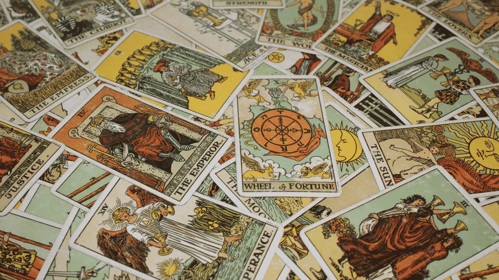Cartas de tarot espalhadas na mesa