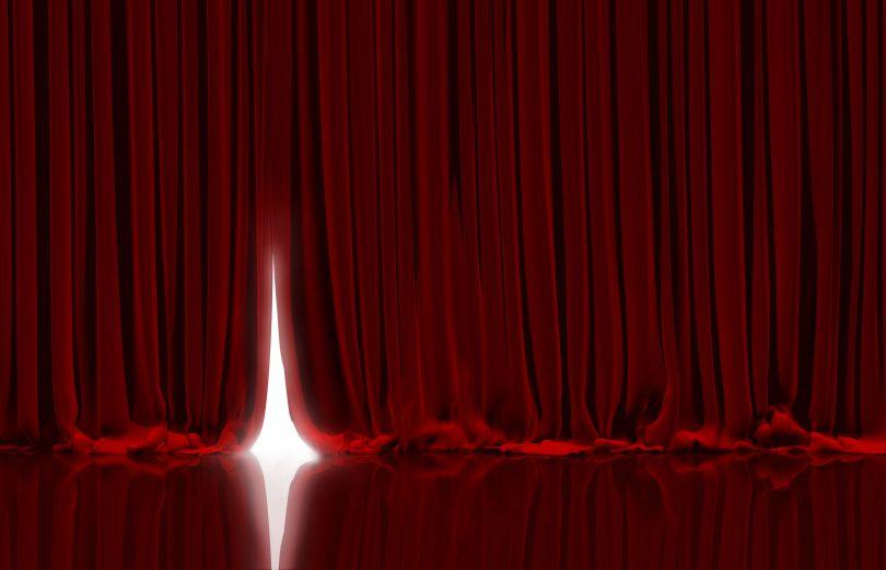Cortinas vermelhas em teatro