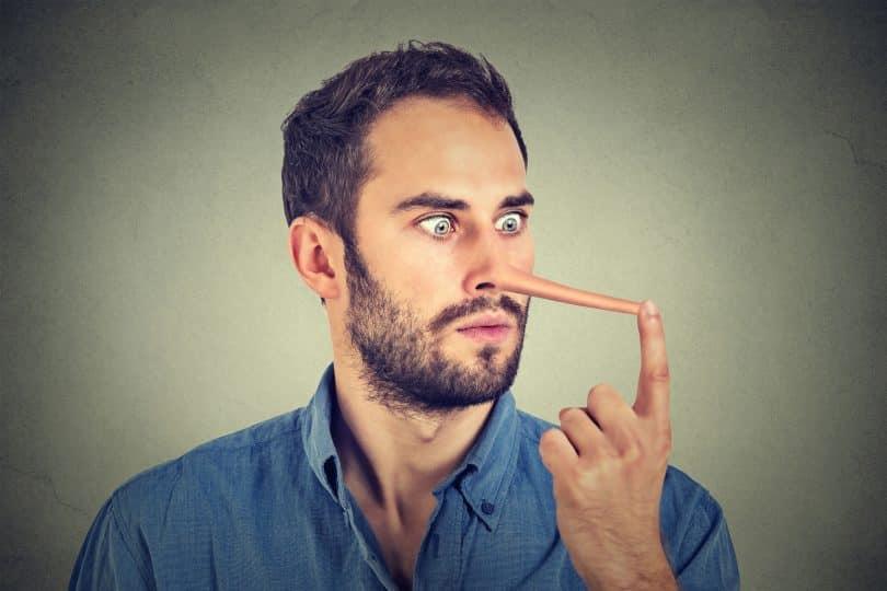 Homem com o nariz de pinóquio.
