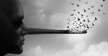 Pessoa com nariz comprido que está sendo substituído por pássaros voando como uma metáfora para a honestidade.