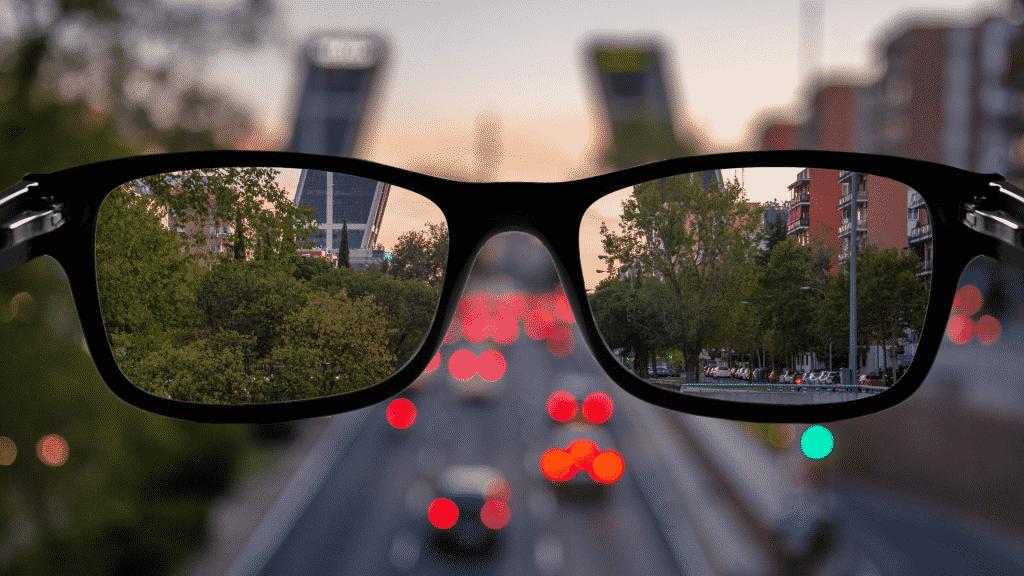 Imagem de um óculos em frente a um aimagem desfocada