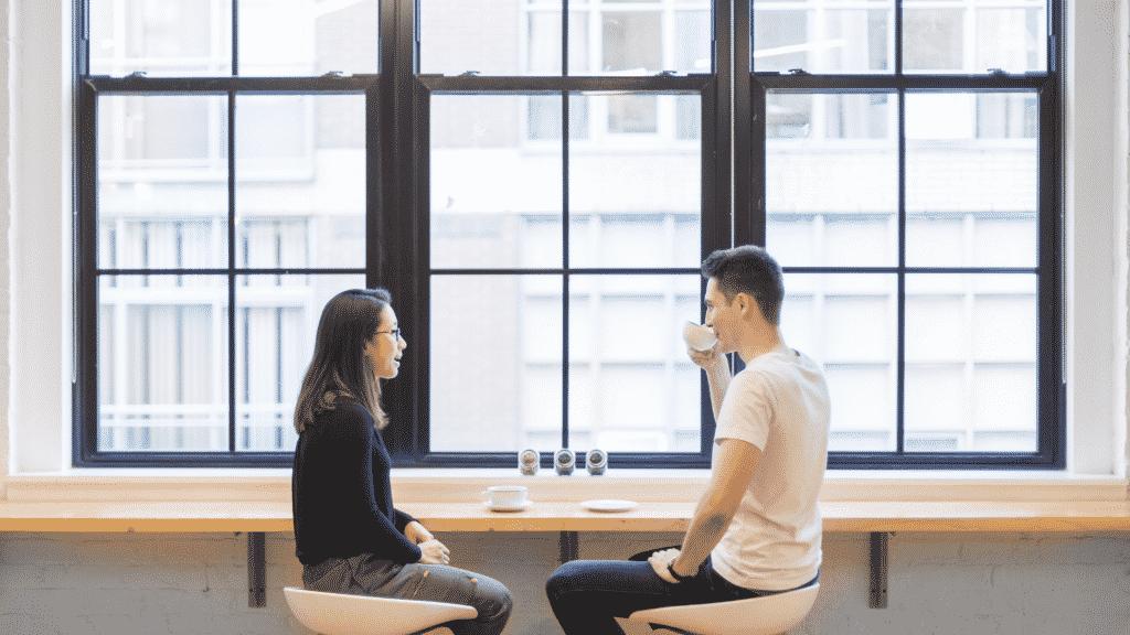 Foto de um casal conversando