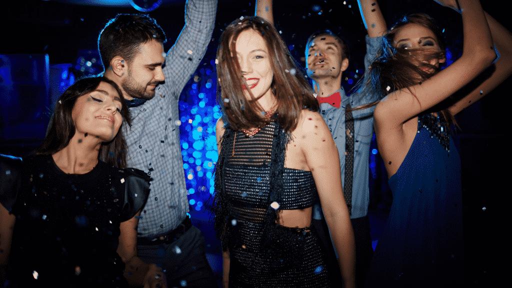 Imagem de pessoas dançando em uma festa