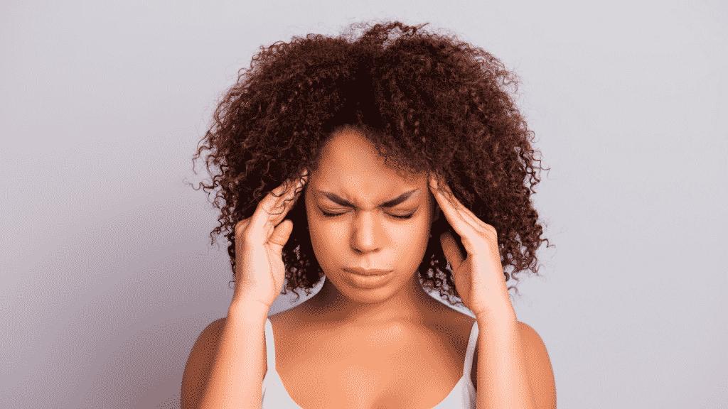 Imagem de uma mulher com dor de cabeça