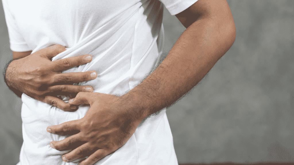 Imagem de uma pessoa com dor no estômago