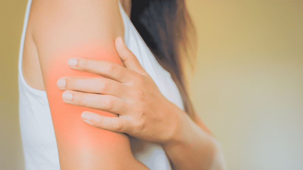 Mulher com dor no braço