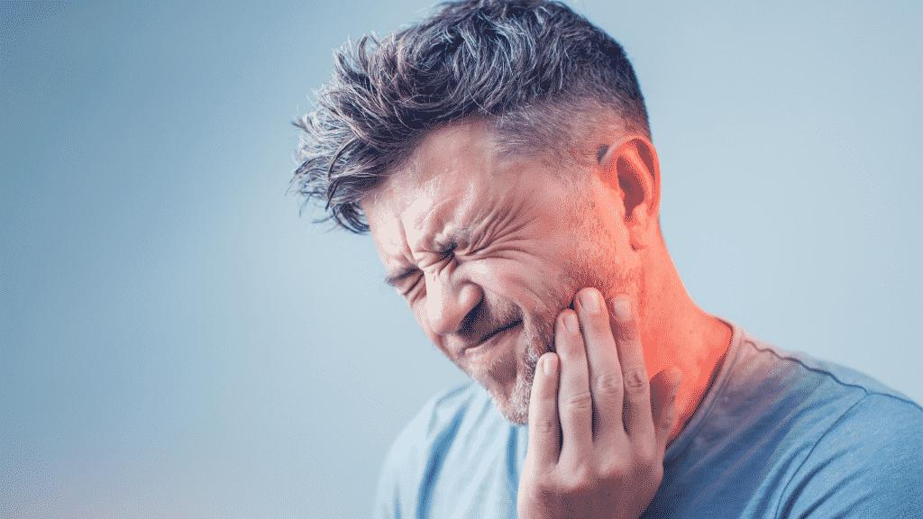 Imagem de um homem com dor de dente