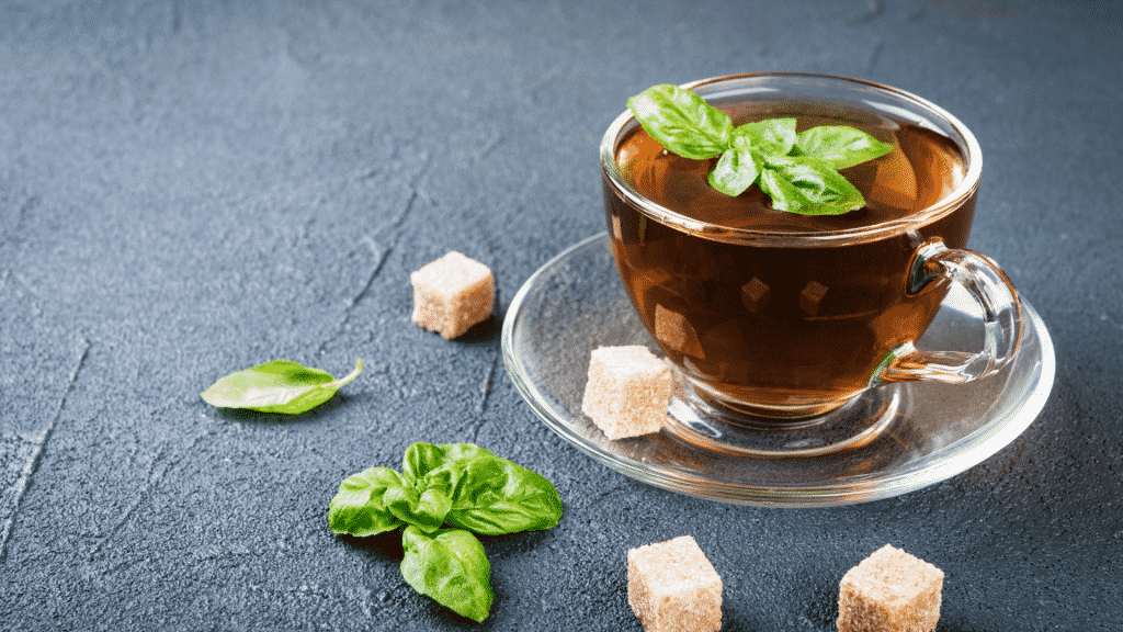 Chá de manjericão sobre uma mesa