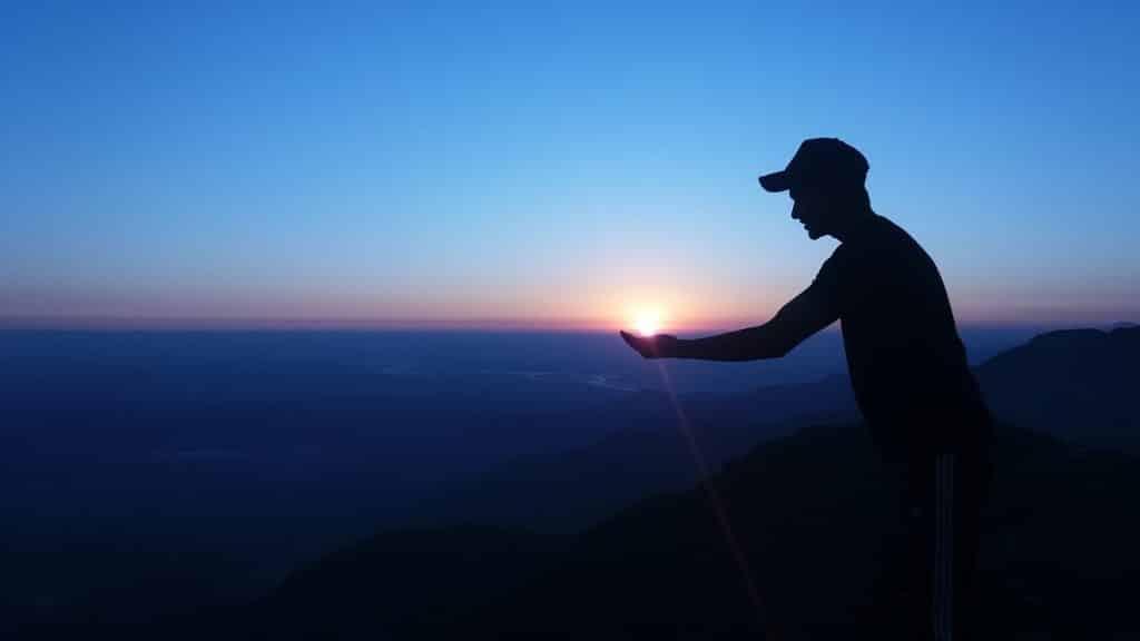 Homem em uma montanha.