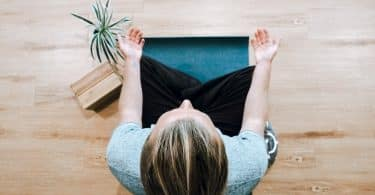 Mulher branca meditando.