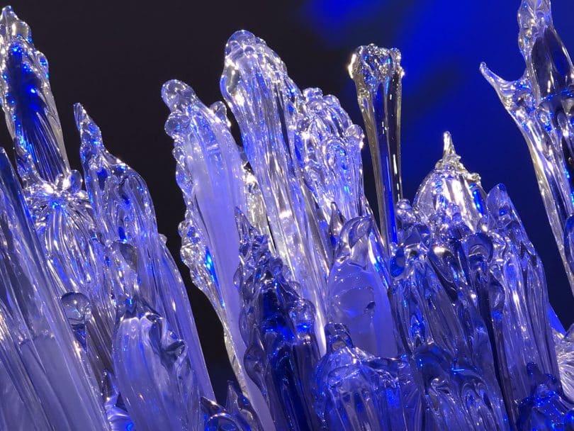Cristais transparentes iluminados com luz azul.